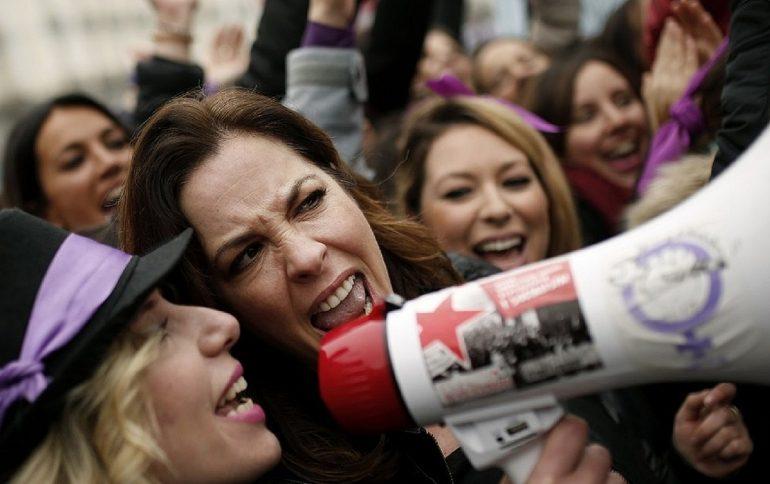 Mujeres gritan consignas en la manifestación del Día Internacional. © AP/Francisco Seco.