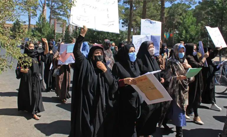 Mulleres afgás nunha manifestación polos seus dereitos na cidade de Herat. Nela tamén participou a traballadora da saúde sen mashram (Fotografía AFP/Getty Images)