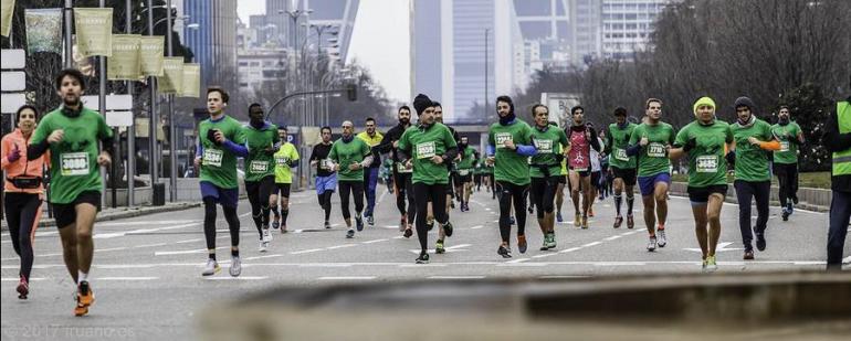Personas corriendo en la Castellana para la Carrera solidaria Correo por Siria 2017