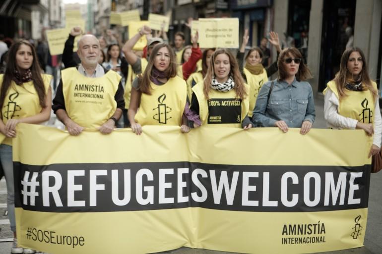 Activistas de AI en una manifestación por las personas refugiadas