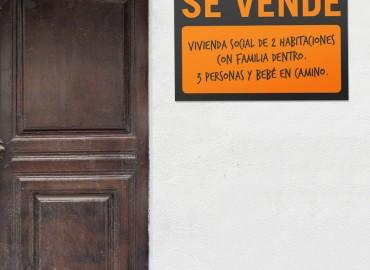 cartel se vende vivienda social de dos habitaciones con familia dentro. tres personas y bebé en camino