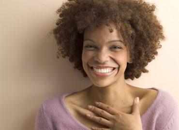 Mujer sonríe a cámara