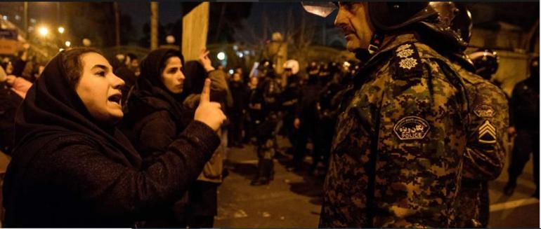 Mujer iraní reprende a unnpolicía