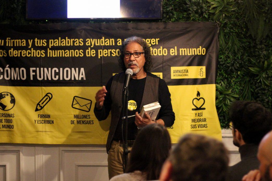 El poeta Saharaui en el exilio, Bahia Awad, durante el recital de poesía que organizó Amnistía Internacional Madrid por los Derechos Humanos en Oriente Medio y el Norte de África.