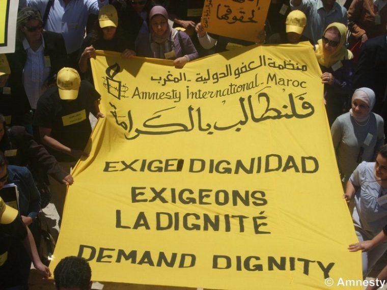 """Manifestación en Marruecos con una pancarta que reza """"Exigimos diignidad"""""""