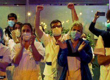Sanitarios aplaudiendo a las puertas de un hospital