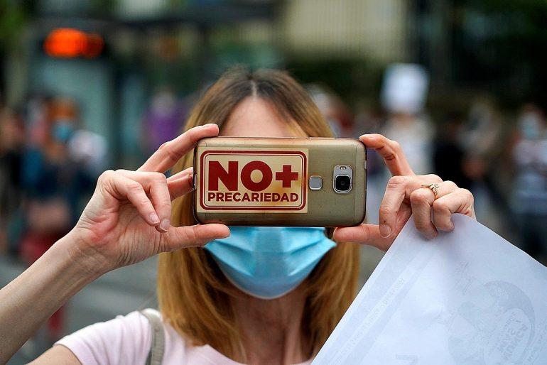 sanitaria con un texto tapándole la cara que reza: No más precariedad