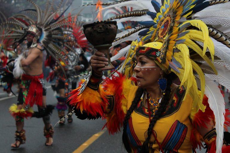 Mujer nativa india en una marcha