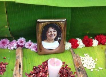 Fotografía de Berta Cáceres en un velatorio
