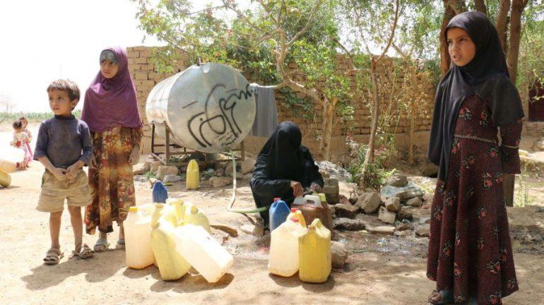 Residentes de Magash rellenan bidones con agua